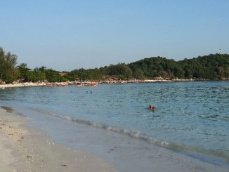 Pattaya Beach becomes quieter in the late afternoon